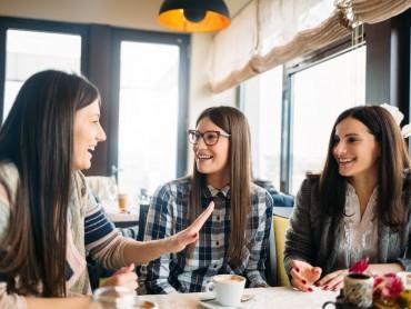 Почему женщины обсуждают свои отношения с подругами