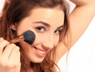 Большинство женщин верят, что макияж их молодит