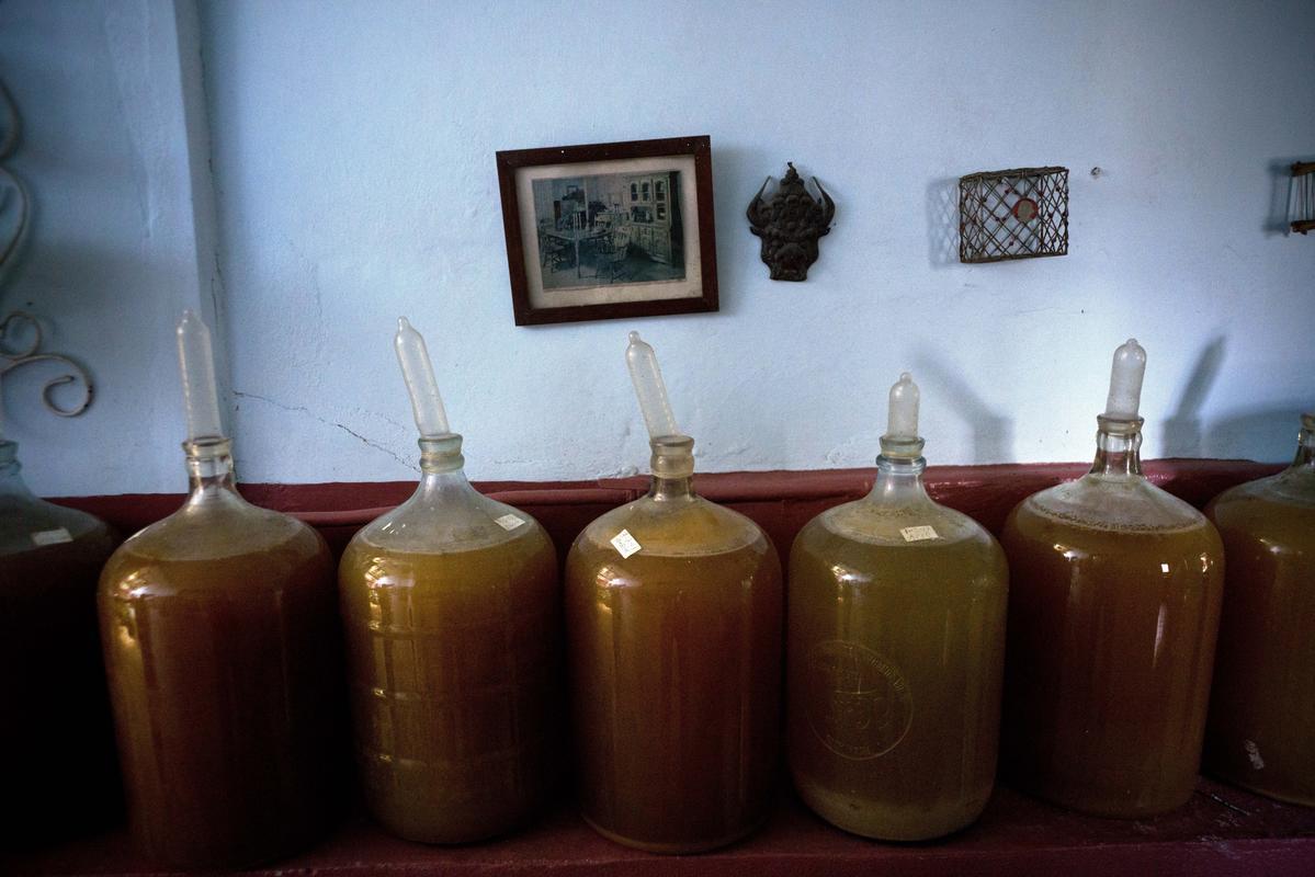 Поднятые презервативы означают, что вино находится в стадии брожения, чем меньше презерватив, тем более новый кувшин с вином (AP Photo/Ramon Espinosa)